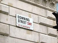 No caso de andarem distraídos a ler as legendas em vez de observarem com muita atenção as fotos, eu digo que sim, que esta é a Downing Street, a rua onde mora o 1º Ministro de lá (não vos vá passar pela cabeça que será o de cá...)