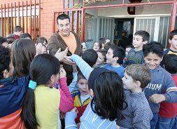 Salvador Espín con algunos alumnos del colegio. Foto de la Verdad