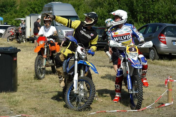 Frans Verhoeven (links) läßt sich die Strecke erklären