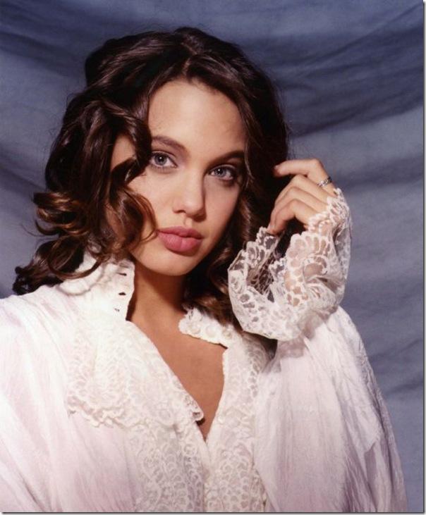 A jovem Angelina Jolie (17)