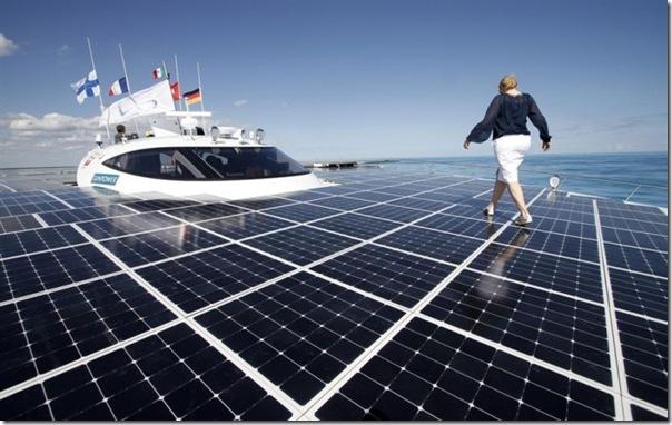 Catamarã com painéis solares