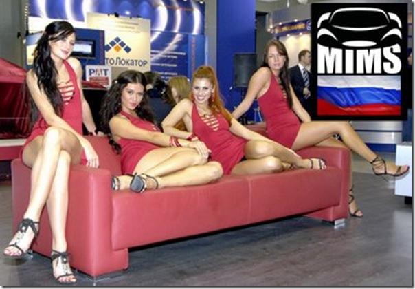 Garotas no salão do automovel em Moscou