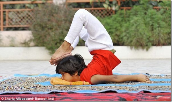 Instrutora de yoga de apenas 6 anos na India (4)