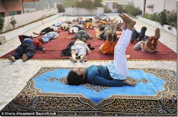 Instrutora de yoga de apenas 6 anos na India (2)