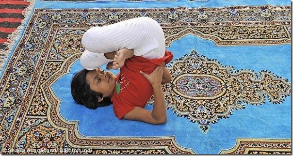 Instrutora de yoga de apenas 6 anos na India