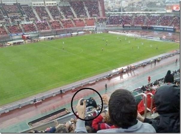 Nerd em um jogo de futebol