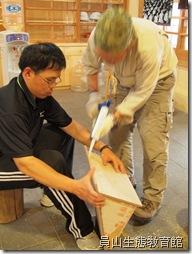 在木板接縫處用矽立康做防水工程