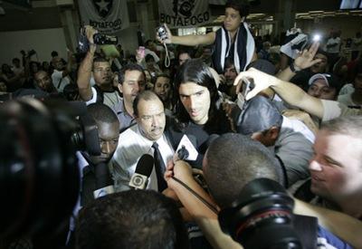 Rio de Janeiro; Brasil; Aeroporto do Galeao; 04/01/2010; Futebol; Desembarque do novo atacante do Botafogo Sebastian Abreu o El Loco; Foto de Gilvan de Souza/lancperess!;;