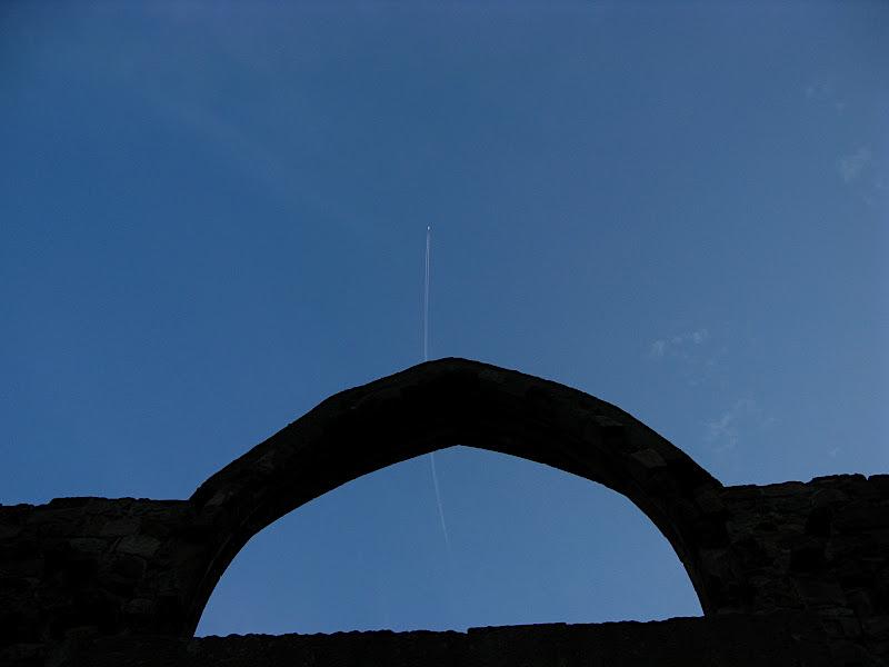 Estela d'avió sobre la porta del Besòs