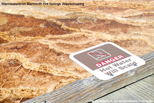 05Yellowstone waarschuwing bij Mammoth Hot Springs warmwaterbron.JPG