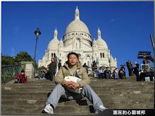 觀光客喜歡坐在巴黎蒙馬特聖心堂的石階