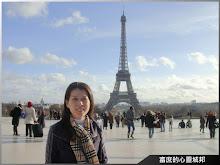 留影於法國巴黎夏佑宮(背景為艾菲爾鐵塔)