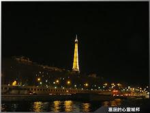 從塞納河遙望璀燦的巴黎艾菲爾鐵塔