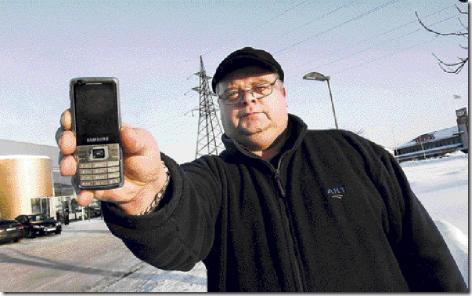 Priit Tilk kinnitas, et tema telefon suutis internetti kasutada ka ajal, kui kaart oli telefonist eemaldatud. Foto: Terje Lepp