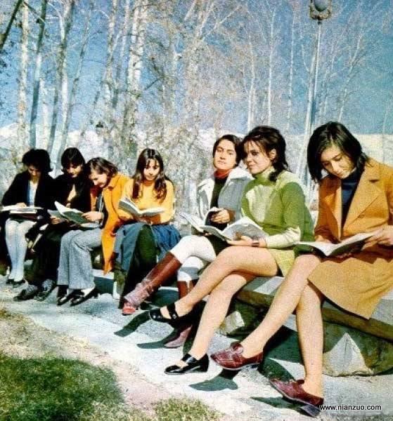 宗教革命之前的伊朗 看看这个,你一定会以为是欧洲或者美国70年代的校园街头,可这里确实是伊朗。,伊朗,校园,白桦,超短裙