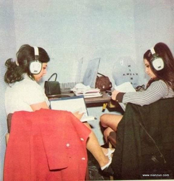 宗教革命之前的伊朗 学习英文的时尚女青年,听力