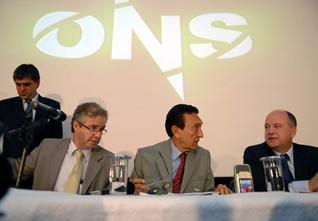 Brasília - O diretor de operações do ONS (Operador Nacional do Sistema Elétrico), Luis Eduardo Barata, o ministro de Minas e Energia (MME), Edison Lobão, e o secretário executivo do MME, Márcio Zimmermann, durante entrevista coletiva sobre o blecaute que atingiu 18 estados e o Paraguai Foto: Renato Araújo/ABr