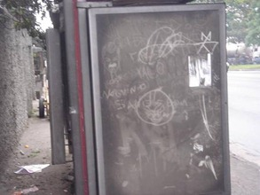 O que restou do painel no ponto de ônibus