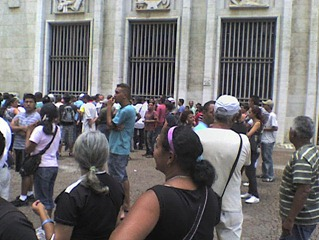 Manifestantes em frente à Prefeitura. Foto: Gladstone Barreto