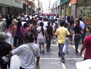 Ambulantes ocupam toda a Rua Direita em protesto contra violência policial