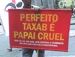 Integrantes do Sindicato dos Bancários e do Partido dos Trabalhadores protestam contra aumento do IPTU. Foto: Gladstone Barreto