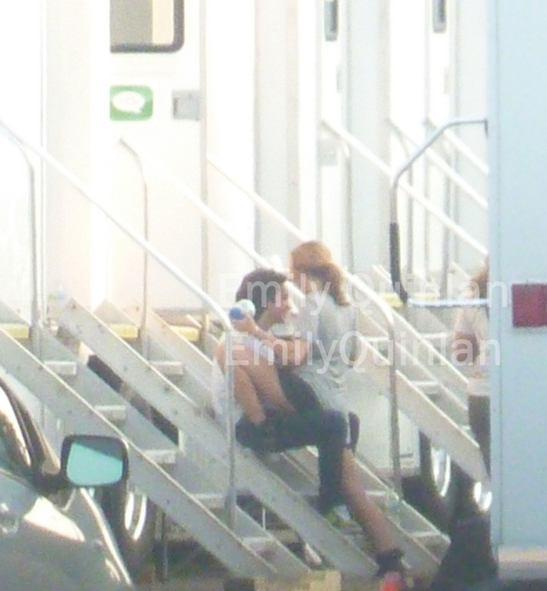 Miley con un tipo que no es Liam Hemsworth.  Miley-cyrus-a-caballo-hombre-1