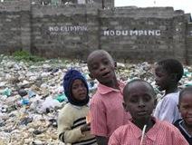 bambini nella discarica