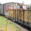 Suuria matkustajamääriä kuljetettiin tavaravaunuista rakennetuilla lisävaunuilla.