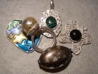 Colgantes, broche y anillo fino realizado con Pasta de Plata y otros materiales