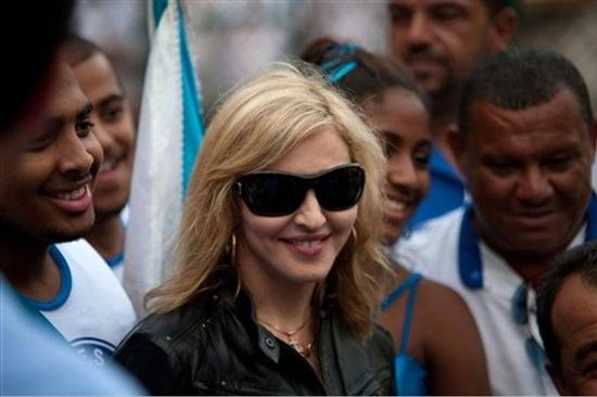 20091113-madonna-visits-morro-dona-marta-slum-rio-de-janeiro-08