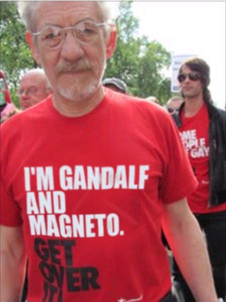 """Ian McKellen em passeata a favor dos direitos da comunidade LGBT usando camiseta com os dizeres """"I'm Gandalf and Magneto. Get over it!"""""""
