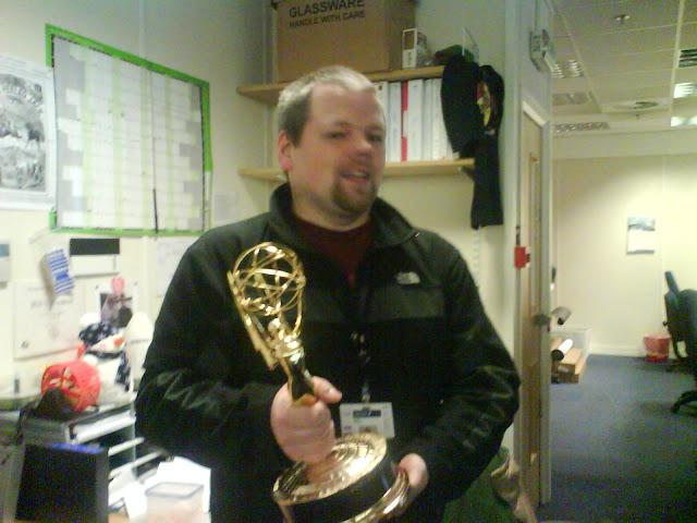 Óskar heldur á Emmy