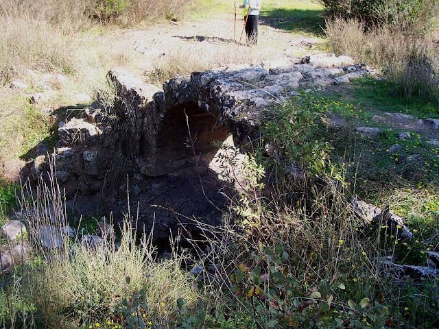 y otra vista del Puente romano del arroyo de Linares