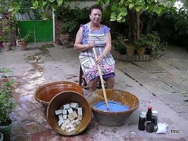 Mujer haciendo jabón