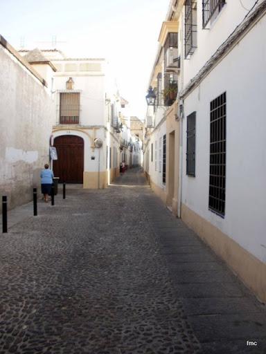 A la izquierda calle Alcántara a la derecha calle S. Eloy.