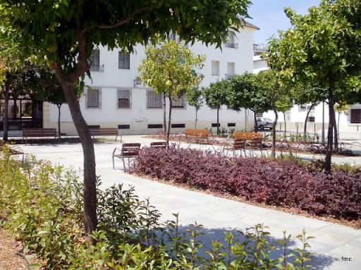 Vista del lado oeste de la plaza y el bloque de viviendas citado.