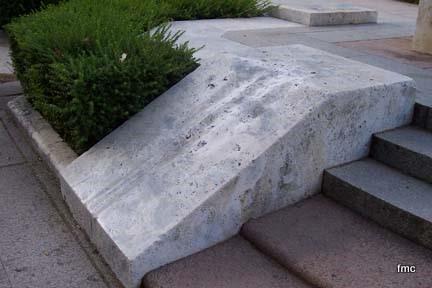 Rampa deslizante en el Monumento a Julio Romero de Torres.