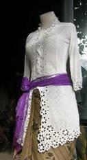 Sarong, kebaya en selendang: de traditionele kledij voor een tempelbezoek op Bali. Foto in winkeltje vlakbij Ubud, Centraal Bali