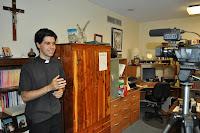 Pe. Cristiano gravando uma mensagem para o mês de setembro