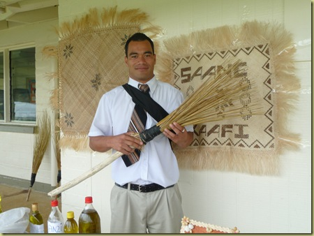 Short Tongan broom for inside sweeping