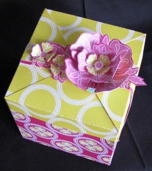 2011 02 30 LRoberts Cupcake Box Pink Flower Circles