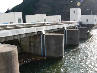 ダム湖側洪水吐を望む