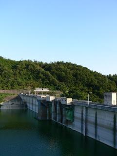 右岸展望台よりダム湖側堤体を望む