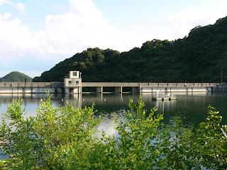 左岸の遊歩道よりダム湖側の堤体を望む