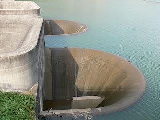 常用洪水吐を望む