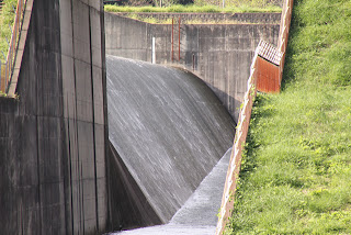 下流の橋より洪水吐を望む