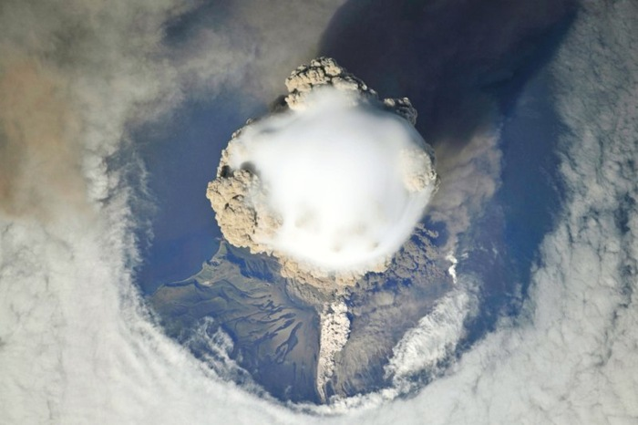 Stunning pictures of volcanic eruptions seen from space ...