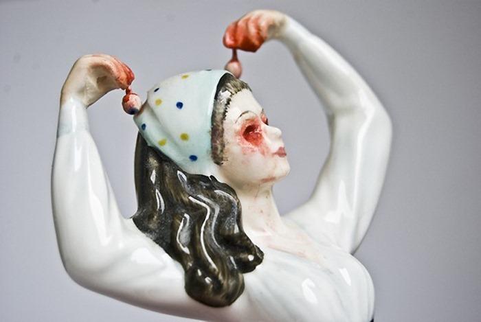 تماثيل غريبه لسيدات بالسراميك للفنان