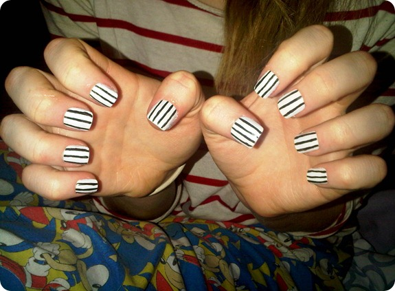 BLACK AND WHITE STRIPE NAILS 2