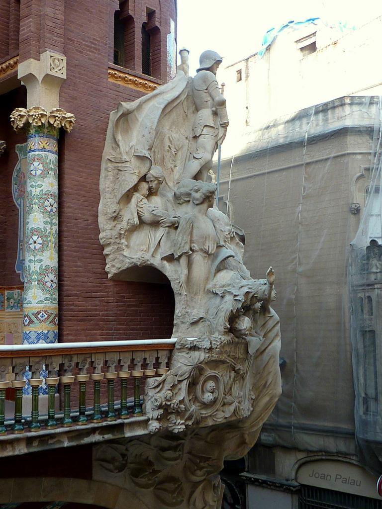 paso entre los balcones de las dos fachadas por detrs de la escultura
